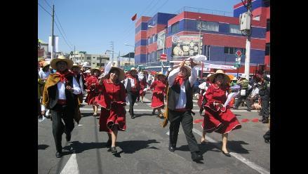 Arequipa: Comerciantes venden puestos para observar el corso