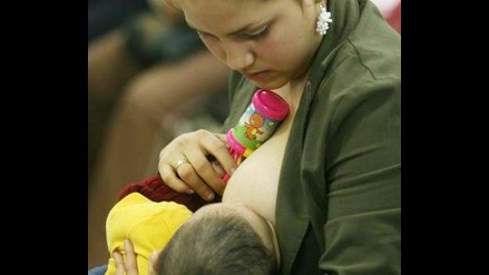 Lactancia materna disminuye por promoción de leches artificiales, aseguran