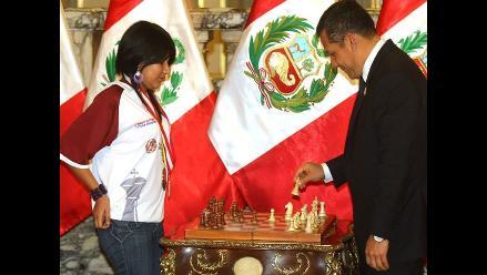 Video: Deysi Cori jugó ajedrez con el presidente Ollanta Humala
