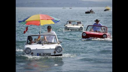 Excéntrica tripulación de autos anfibio cruza lago suizo