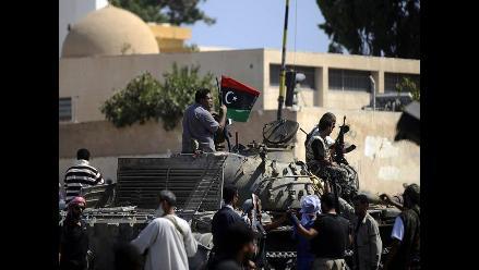 Hijo mayor de Gadafi logra escapar de sus captores, según prensa