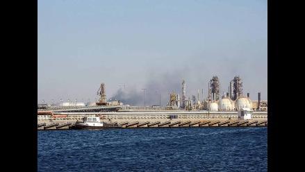 Barcos con ayuda para los rebeldes esperan para atracar en Trípoli