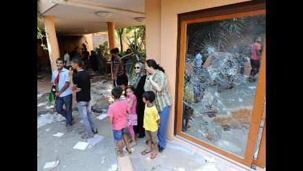 Cientos de libios visitan la residencia de Gadafi