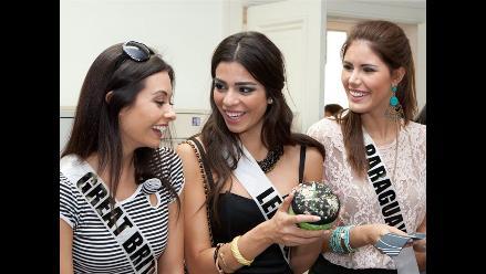 Candidatas a Miss Universo 2011 visitan escuela de moda en Sao Paulo