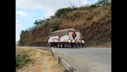 La Fotodenuncia: Ciclistas se sostienen de camión en plena carretera