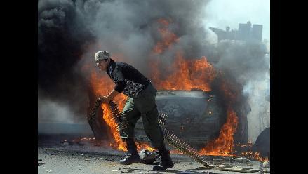 Rebeldes y fuerzas gadafistas combaten en las calles de Sirte