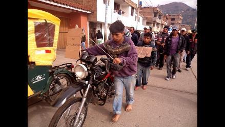 Padres castigan a sus hijos tras encontrarlos robando en Cajamarca