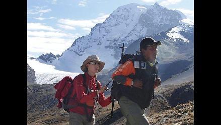 Invidente francesa cumple sueño de escalar nevado en Bolivia