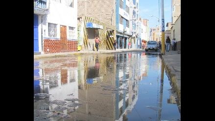 Chimbote: Limpian dren que ocasiona constantes aniegos en avenida