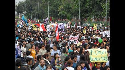 Universitarios marchan exigiendo respeto del medio pasaje en Piura