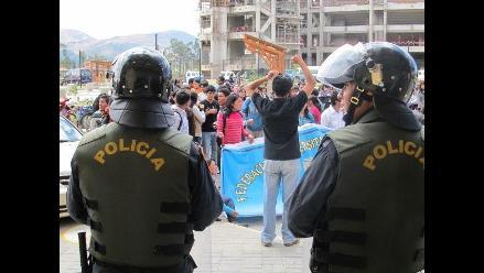 Trujillo: Universitarios se enfrentan a policías por el medio pasaje