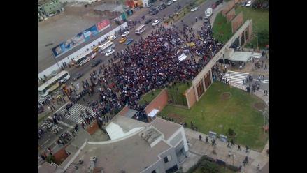 Estudiantes de la PUCP realizaron protesta en las afueras de su campus