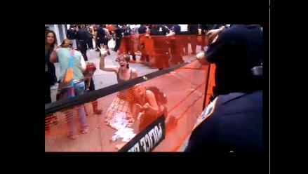 Policías rocían gas pimienta en rostro de manifestantes en Wall Street