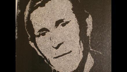 Pintor crea retratos con cenizas de los fallecidos