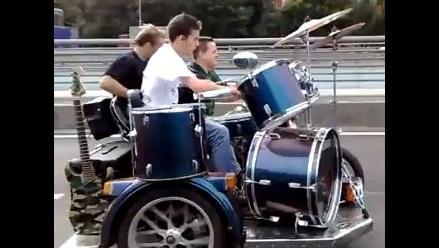 Banda recorre las avenidas de Moscú tocando música a bordo de una moto