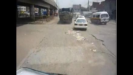 Tramos sin asfaltar y huecos en la pista en avenida Pachacutec