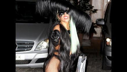 Lady Gaga sorprende con atrevido vestido hecho con cabello