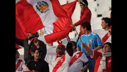 Peruanos en Chile alientan a la bicolor en el clásico del Pacífico