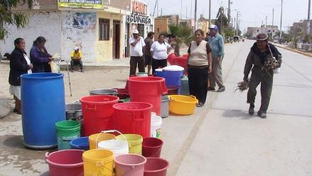 Chiclayo: Realizan protesta de baldes vacíos por corte de agua