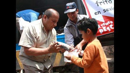 Entregan 16 toneladas de caballa en ocho distritos de Lima