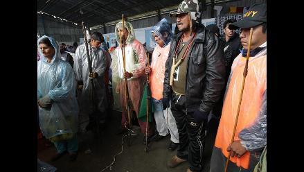 Bolivia: indígenas descansan en Chuspipata por intensas lluvias