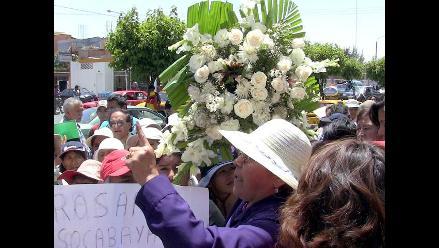 Caso Ciro: Cientos de personas dejan flores en la morgue de Arequipa