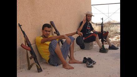 Rebeldes libios se oponen a entregar sus armas pese a muerte de Gadafi