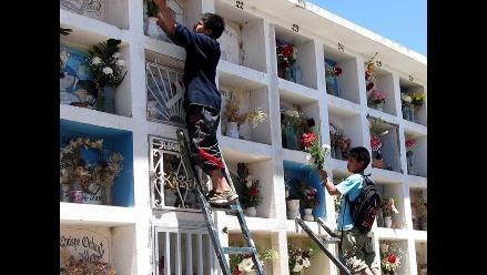 Cientos de personas visitan a difuntos en cementerio de Huamanga