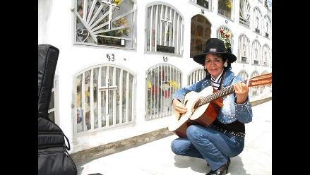 Con amor y sentimiento recuerdan a sus muertos en Trujillo