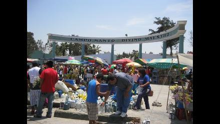 Chimbote: Rezos y cantos a los seres queridos en su última morada