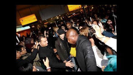 Fanáticos reciben a SHINee a su arribo en aeropuerto de Londres