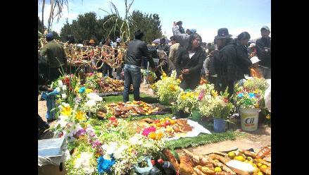 Puno: Flores, cánticos y ofrendas en el Día de los Difuntos