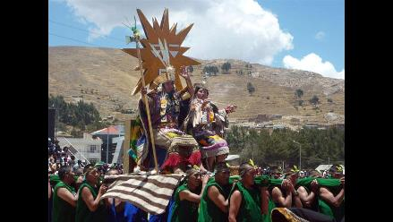 ´Fundadores del Imperio Inca´ escenifican pago a la pachamama en Puno