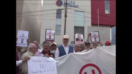 Socios de Universitario protestan contra gestión de Julio Pacheco