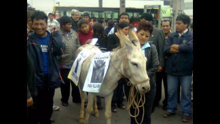 Transportistas protestan contra Villarán por retiro de unidades