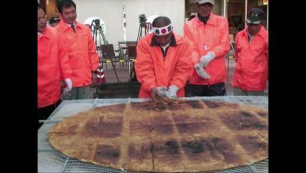 Japonés crea la galleta de arroz más grande del mundo