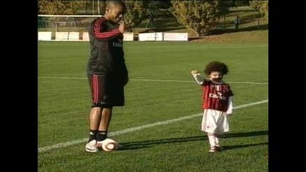 Brasileño Robinho le enseña a su hijo técnica de la famosa ´bicicleta´