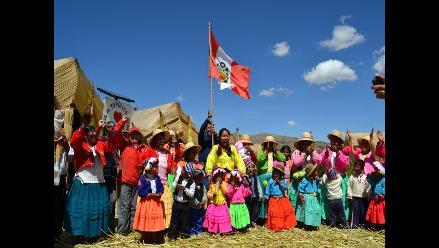Amalia Suaña celebrando en la Isla de Tupiri