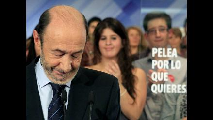 Rubalcaba aparece triste y circunspecto para reconocer derrota ante PP