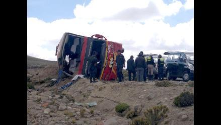 Arequipa: Identifican a otras dos víctimas del despiste y vuelco de bus