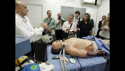 Simulador humano que parpadea, tiene pulso, sangra y hasta orina