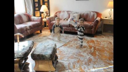 Pequeños traviesos esparcen harina por toda su casa