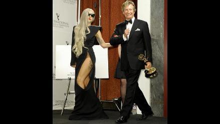 Lady Gaga mostró tatuaje y ropa interior en los Emmy Awards