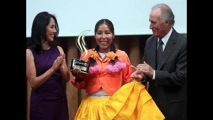 Amalia Suaña recibe Premio Integración 2011 de manos de Nadine Heredia