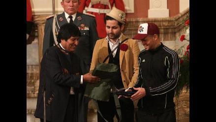 Calle 13 recibe copias de diarios del ´Che´ de manos de Evo Morales