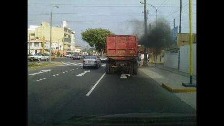 ReporteroW.com: Camión emite gases tóxicos a su paso en Surco