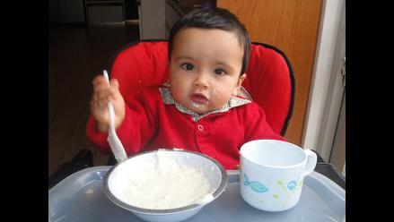 ¿Qué alimentos sólidos deben empezar a comer los niños?