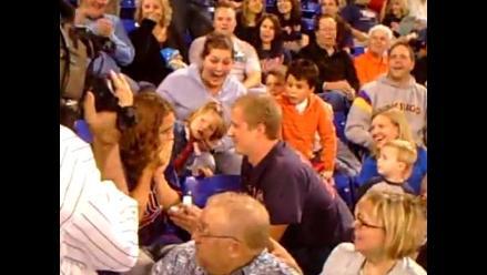 Hombre pide matrimonio a su novia en estadio y recibe una cachetada