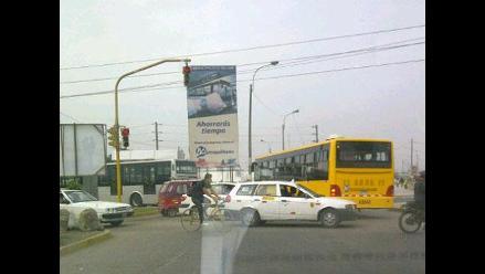 Buses del Metropolitano no respetan el semáforo en Carabayllo