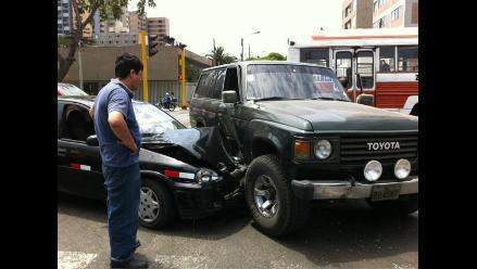 Imprudencia al volante: Chofer infractor causa accidente en Miraflores